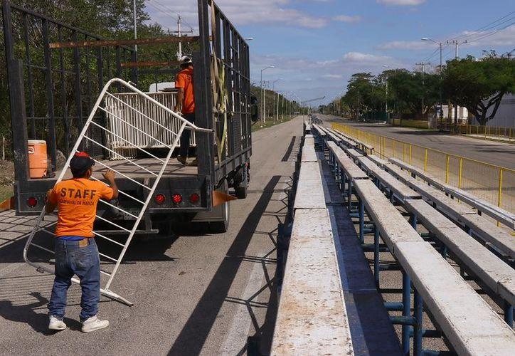 Personal del Ayuntamiento instala vallas en Plaza Carnaval. (Foto: Jorge Acosta)