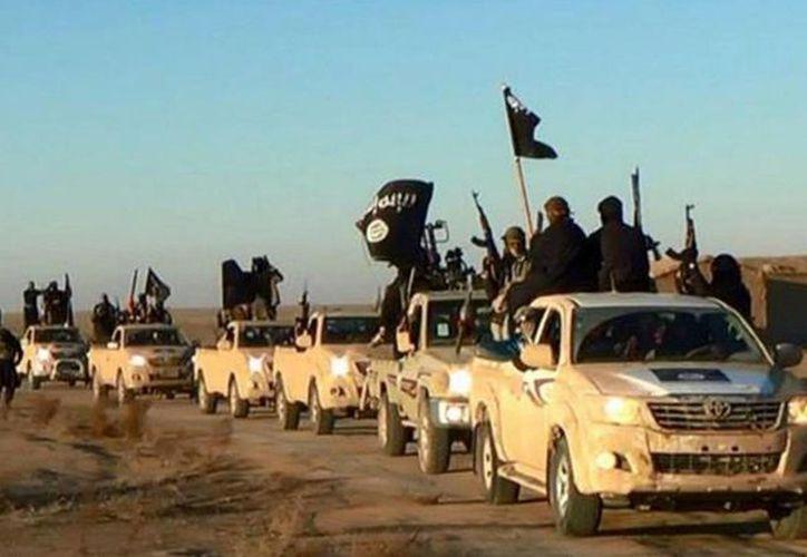 Imagen sin fecha publicada por un sitio web extremista el 14 de enero de 2014, que supuestamente muestra combatientes del grupo Estado Islámico mientras recorren las calles de Raqa, Siria. (AP)