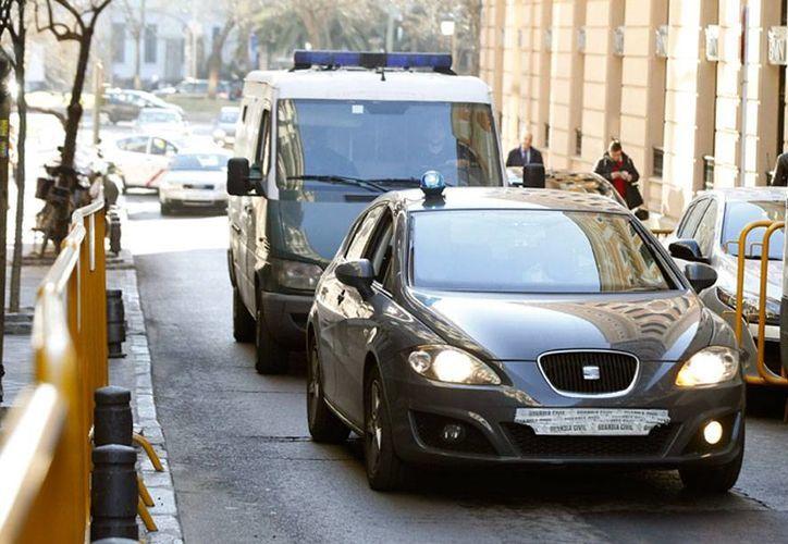 La Guardia Civil arrestó a 2 menores de edad y a sus padres, porque se sospecha que los jóvenes, unos gemelos de apenas 16 años de edad, querían integrarse al Estado Islámico, en Siria. La imagen es de un convoy de la policía española, utilizada únicamente como contexto. (Efe/Archivo)