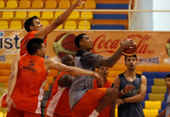 El equipo Pioneros de Quintana Roo se encuentra preparándose para continuar sus juegos en la Liga Nacional de Baloncesto Profesional. (Francisco Gálvez/SIPSE)