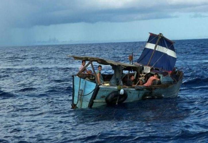 Embarcación en la que llegaron los balseros cubanos a puerto Progreso, Yucatán, en busca de ayuda para una mujer embarazada que viajaba en el grupo. (Óscar Pérez/SIPSE)