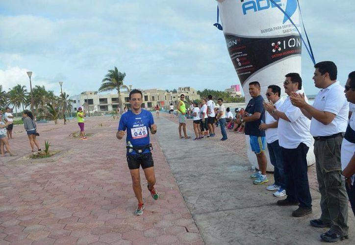 Hoy más de 200 atletas de toda la Península de Yucatán corrieron 15 kilómetros en Isla Mujeres. (Redacción/SIPSE)
