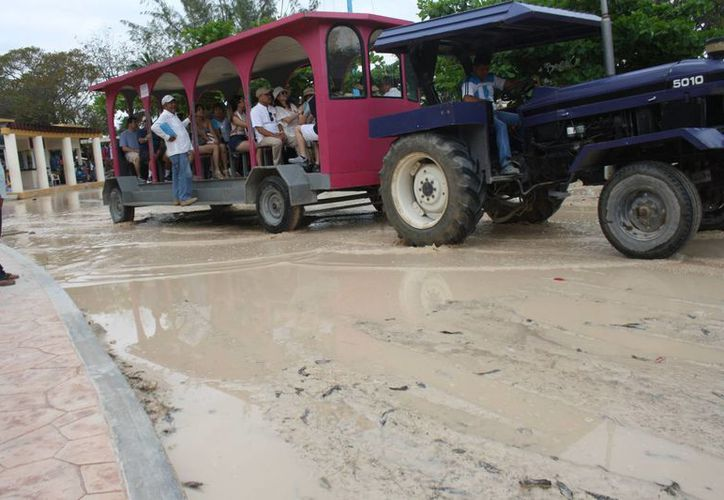 Locatarios de la zona arqueológica de Tulum denuncian que el estacionamiento de transporte turístico se enloda rápidamente. (Sara Cauich/SIPSE)