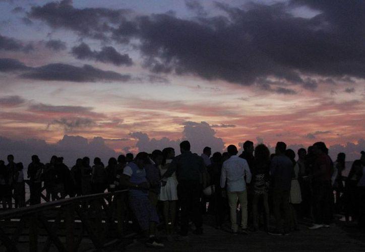 Las personas comenzaron a llegar poco después de medianoche para ocupar el mejor lugar. (Harold Alcocer/SIPSE)