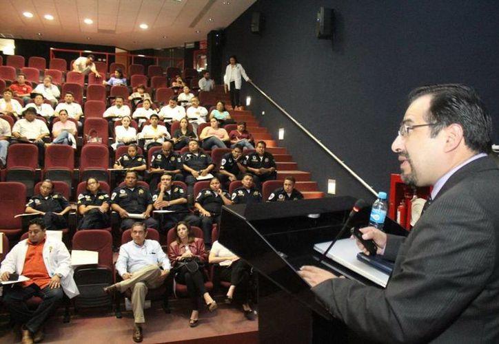 El doctor Elías Miranda dictó una conferencia a personal de la Policía estatal. (SIPSE)