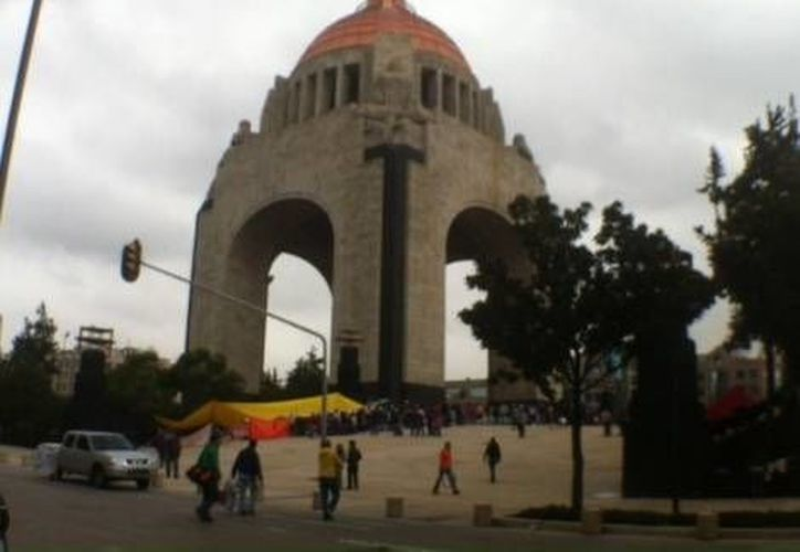 Integrantes de la CNTE, reorganizados en el Monumento a la Revolución, lamentaron la 'excesiva fuerza pública' con la que los desalojaron del Zócalo. (Milenio)
