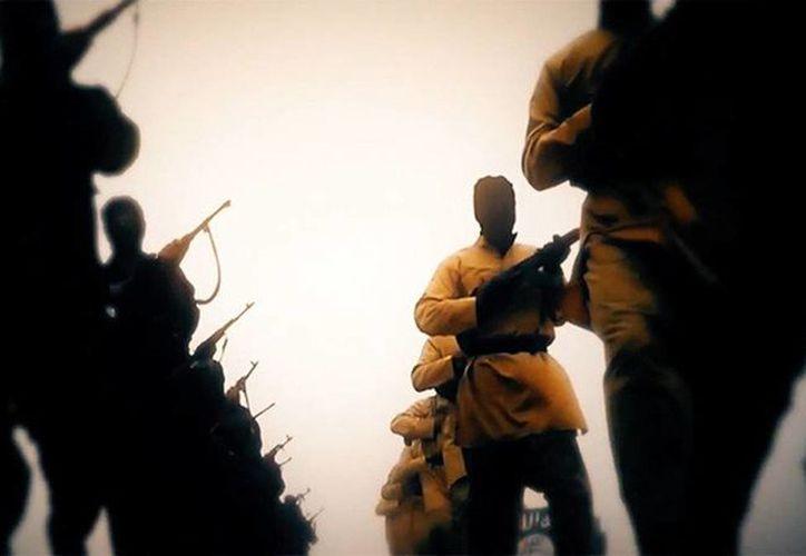 El exyihadista hizo una breve aparición en uno de los videos de ejecuciones vestido con ropa de camuflaje y portando una bandera del Estado Islámico. (Imagen de contexto tomado de RT)