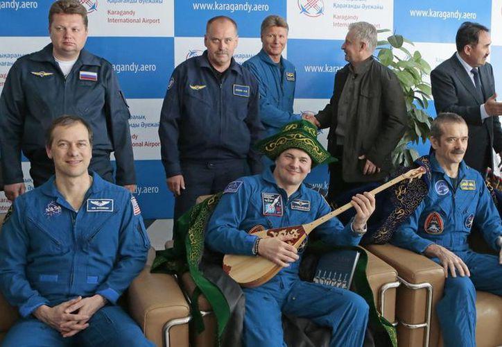 (De izq. a dcha.) Los astronautas Tom Marshburn, Roman Romanenko y Chris Hadfield posan para una fotografía tras aterrizar con éxito. (EFE)