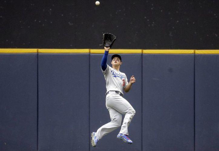 Gran atrapada del jardinero central Joc Pederson en partido ganado 14-4 por Dodgers de Los Angeles a Cerveceros de Milwaukee. (Foto: AP)