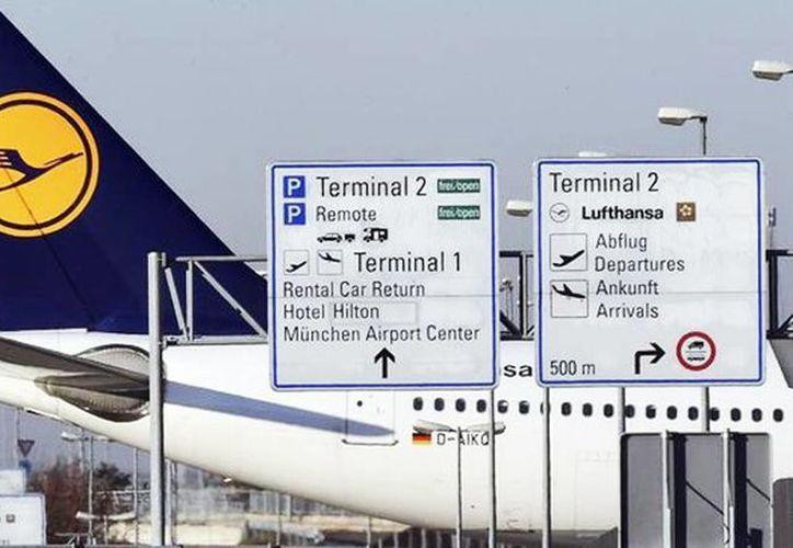 Huelga de trabajadores provoca cancelaciones y retrasos en cuatro aeropuertos de Alemania. Imagen de contexto de un avión en un pista de aterrizaje de uno de los aeropuertos de Berlín. (Archivo/EFE)