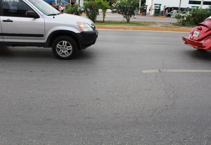 El hundimiento en la carpeta asfáltica es casi imperceptible desde lejos, por lo que muchos automovilistas son sorprendidos. (Lui Soto/SIPSE)