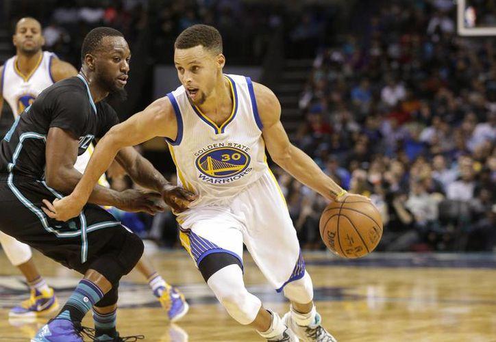 Stephen Curry volvió a ser la bujía de Warriors de Golden State, que ganaron a Hornets y llegaron a 20 triunfos al hilo en la NBA. (AP)