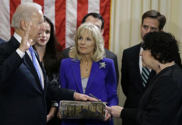 """Joe Biden expresó """"Que Dios me ayude"""", al término de su juramento impartido por la juez puertorriqueña Sonia Sotomayor. (Agencias)"""