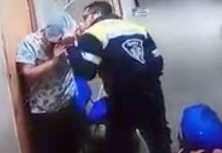 Las imágenes muestran al personal de seguridad interviniendo y frenando la situación. (RT)