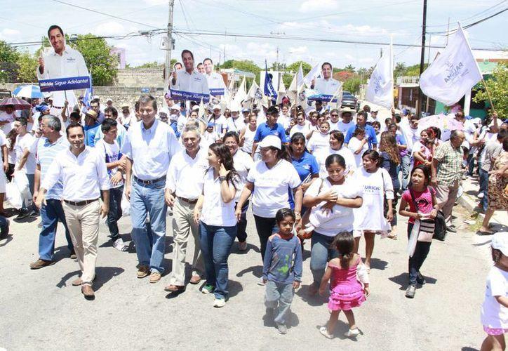 Mauricio Vila acompañado de los ex alcaldes meridanos durante el recorrido por la colonia Bojórquez. (SIPSE)