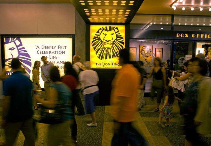 La obra de teatro musical El Rey León recaudó ya más de 6.2 mdd, lo que la convierte en la más taquillera de la historia. La imagen corresponde al lobby del teatro Minskoff en Nueva York, donde la obra se presentó en mayo de 2010. (Archivo/AP)