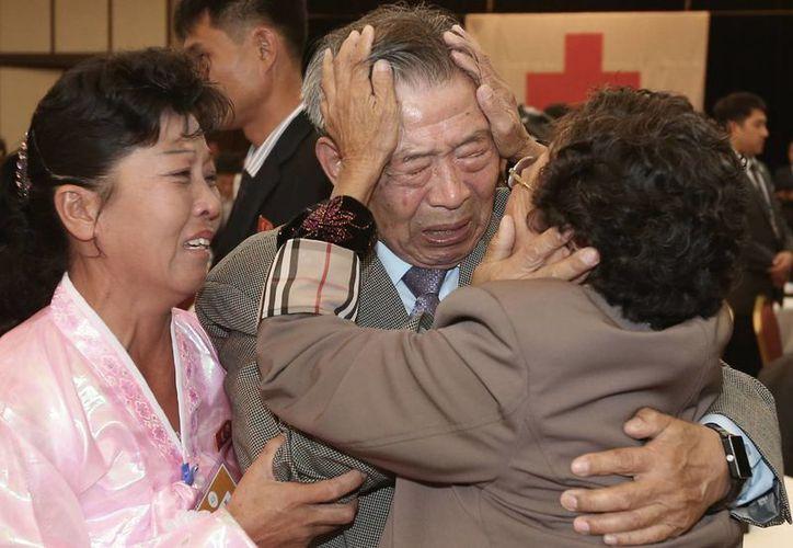 Un hombre de Corea del Sur abraza a un miembro de su familia de Corea del Norte, con la cual no tuvo contacto desde la guerra que protagonizaron ambas naciones hace 60 años. (Agencias)