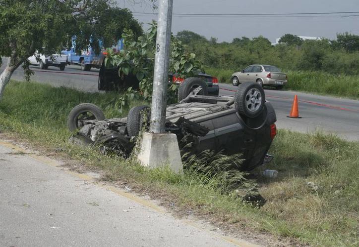 Testigos del accidente solicitaron los servicios de emergencia, sin embargo en segundo el auto quedó abandonado. (SIPSE)