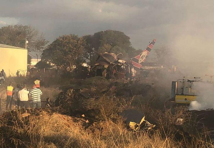 El avión se rompió en varios pedazos cerca del aeropuerto. (Twitter)