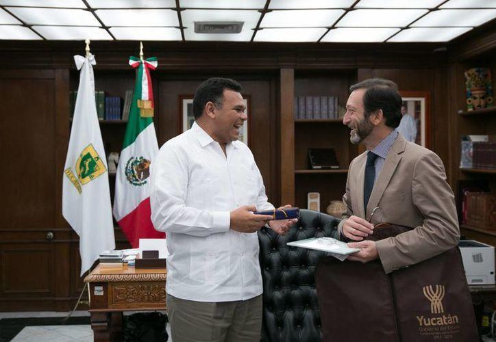 Viktor Elbling, embajador de Alemania en México, se mostró ante el gobernador Rolando Zapata muy interesado sobre todo en los temas de inversión en materia industrial, de educación, ciencia, cultura y turismo. (Foto cortesía del Gobierno de Yucatán)