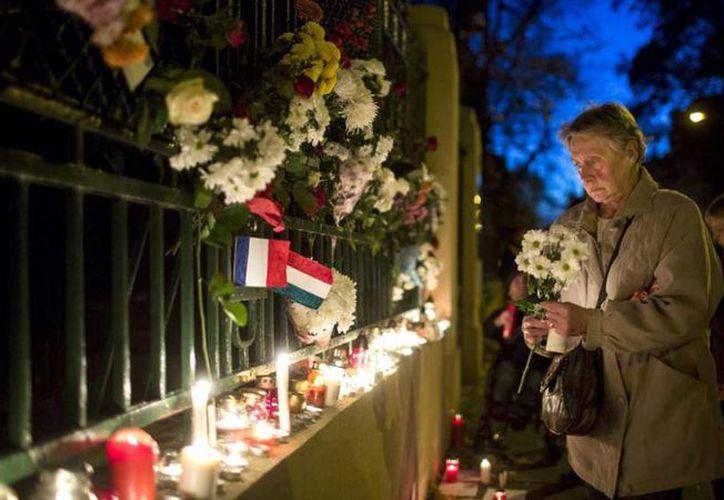 La ofrendas por los atentados en París se extienden así como el número de muertos que dejaron. El El Procurador de París, Francois Molins, afirmó que el balance de fallecidos es provisional y evolutivo, debido al gran número de heridos que dejaron los ataques. (AP)