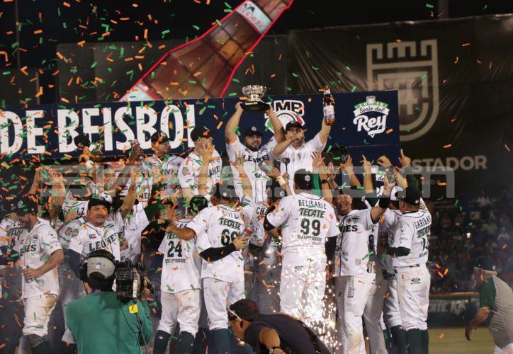 Los Leones alzan la Copa que los acredita como Campeones de la LMB. (Foto: Jorge Acosta/ Milenio Novedades)
