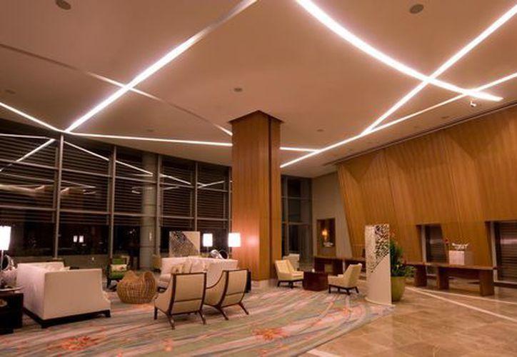 El hotel ofrece múltiples opciones gastronómicas, entre ellas dos restaurantes de lujo y una cafetería en un vestíbulo en forma de patio interior. (Milenio)