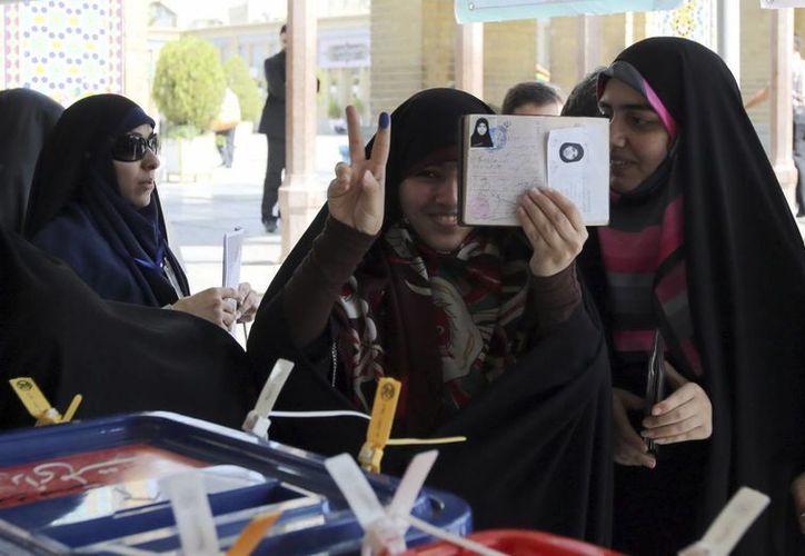 Unas votantes ejercen su derecho al voto en las elecciones presidenciales iraníes en la ciudad de Shahre-Ray, Irán. (EFE)