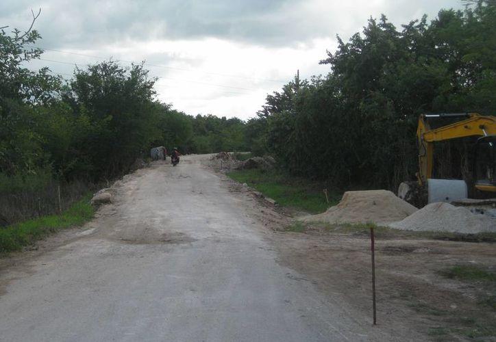 Las precipitaciones pluviales provocaron el derumbe de los puentes que comunicaba a las poblaciones. (Javier Ortiz/SIPSE)