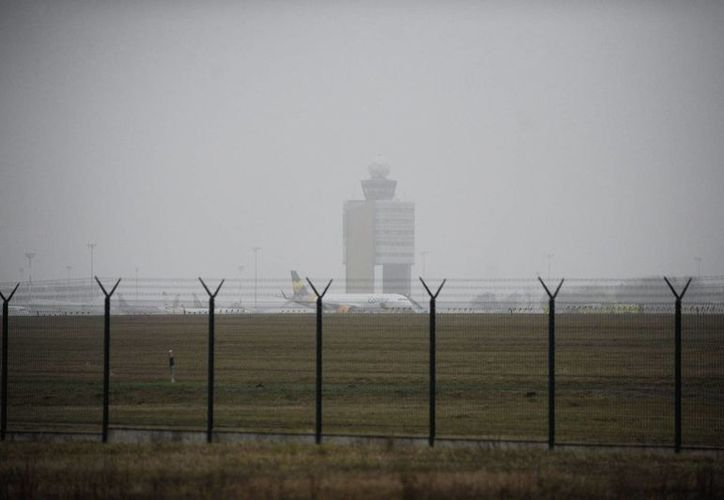 Un avión de la aerolínea alemana Condor Airlines en la pista tras realizar un aterrizaje de emergencia debido a una amenaza de bomba, en el Aeropuerto Internacional Liszt Ferenc en Budapest, Hungría. (Agencias)