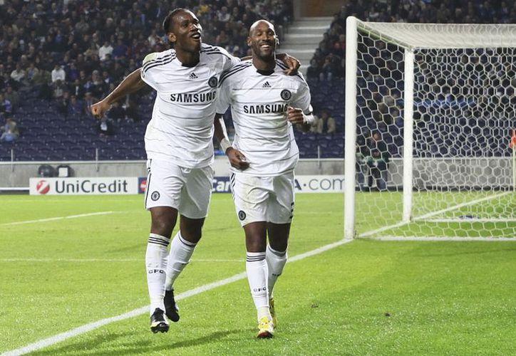 Didier Drogba (d) celebra un gol con Nicolás Anelka cuando ambos estaban en el Chelsea. (EFE/Archivo)