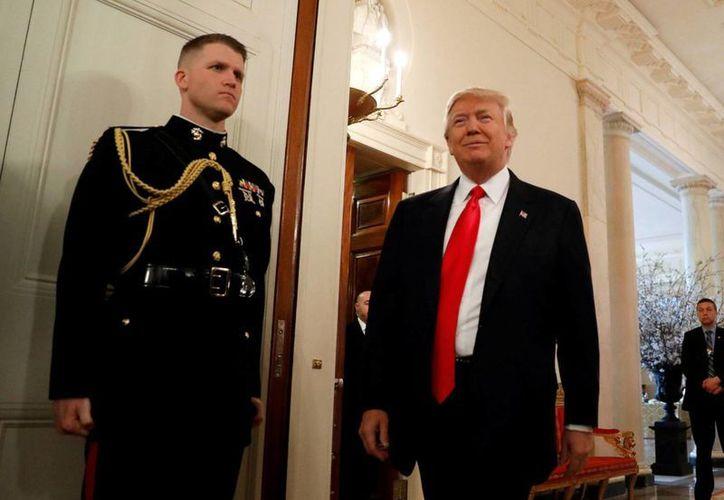 El soldado William Owens falleció el pasado 27 de enero durante el ataque a una base de Al Qaeda. En la foto, Donald Trump llegando a una reunión con los soldados.(Archivo/AP)