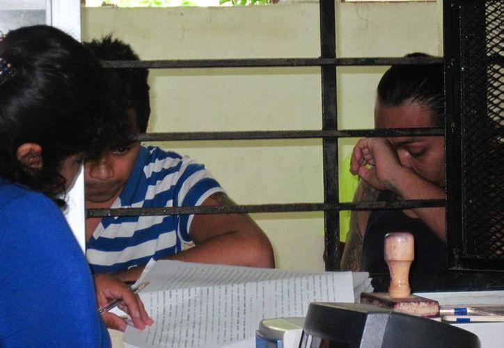 En la imagen, los asaltantes escuchan su sentencia ante el juez penal en el Cereso. (Milenio Novedades)