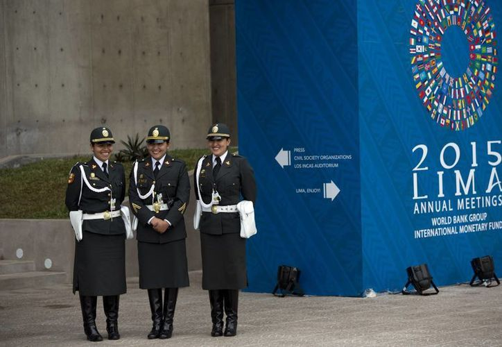 Imagen de un trío de policías que se encuentran afuera del centro de convenciones, sede de las reuniones anuales del FMI y el Banco Mundial, en Lima, Perú. El Fondo Monetario Internacional pronostica que Latinoamérica entra recesión este año por primera vez desde que terminó la crisis económica mundial. (Foto AP/Rodrigo Abd)