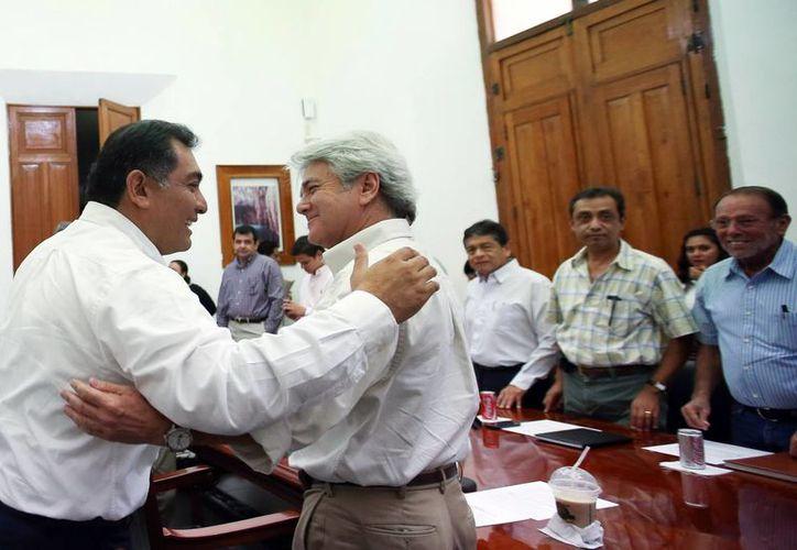 El secretario general de Gobierno, Víctor Caballero Durán, saludando al cónsul de Francia, Mario Ancona. (Milenio Novedades)