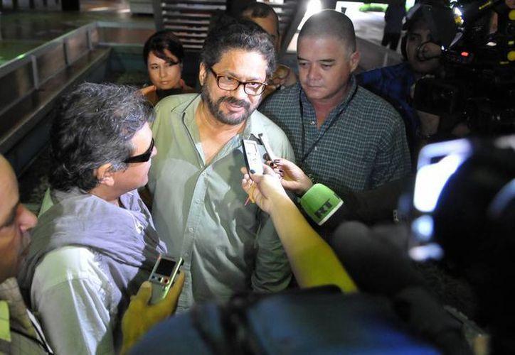 """El segundo jefe de las FARC y líder de los delegados de la guerrilla Luciano Marín (c), alias """"Iván Márquez"""", habla ante la prensa. (Archivo/EFE)"""