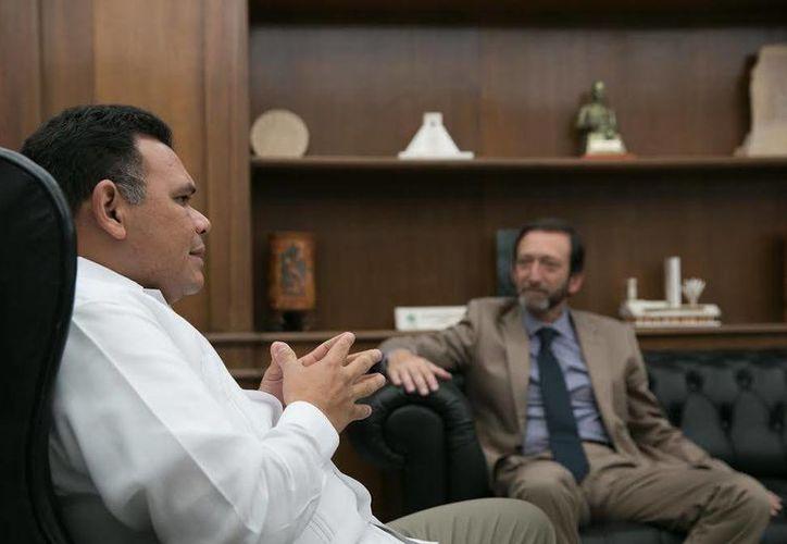 El gobernador Rolando Zapata presidirá este sábado la entrega de estímulos a empleados del Issste. En la foto, con el embajador de Alemania en México, Viktor Elbling. (SIPSE)