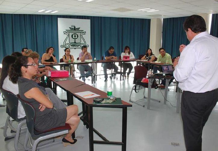Filipe Carrera se reunió con académicos de la Universidad de Quintana Roo. (Cortesía/Uqroo)