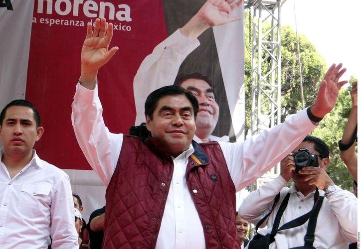 La Sala Superior del Tribunal Electoral del Poder Judicial de la Federación emplazó a Morena a explicar la designación de Miguel Barbosa (centro) como candidato a la Gubernatura de Puebla. (Foto: Reforma)