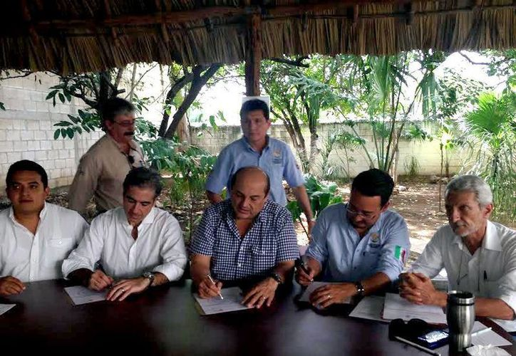 Imagen de los representantes de los organismos durante la firma del convenio. (Milenio Novedades)
