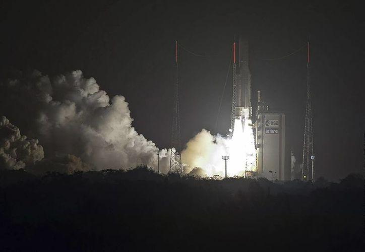 El cohete Ariane 5 pondrá en órbita dos satélites: el Astra 5B y el Amazonas 4A. (EFE)