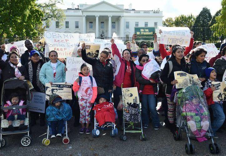 A pesar de las críticas, el Gobierno de EU ha mantenido intención de continuar con los centros de detención, contra los cuales decenas de personas se manifestaron este jueves frente a la Casa Blanca. (EFE)