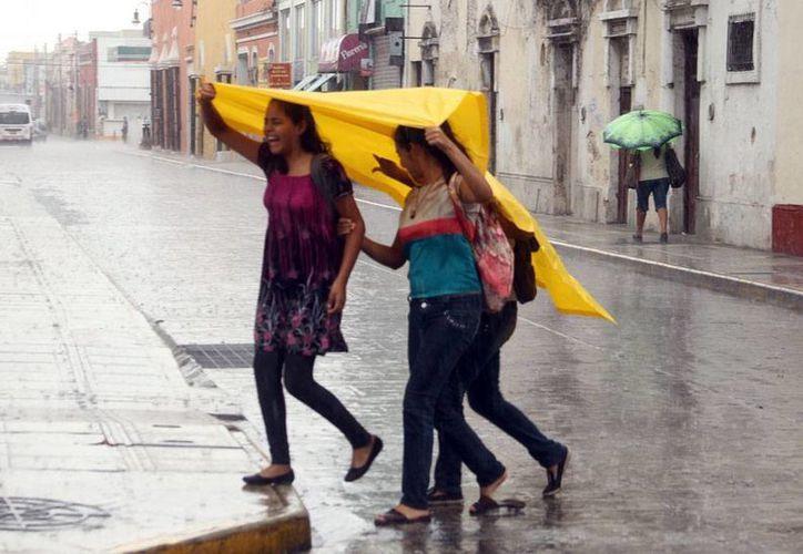 Este sábado, el paso de una onda tropical causó lluvias en buena parte del Estado. Para hoy domingo, Día del Padre, se pronostica un día caluroso, pero no se descartan lluvias. (César Gónzalez/Milenio Novedades)