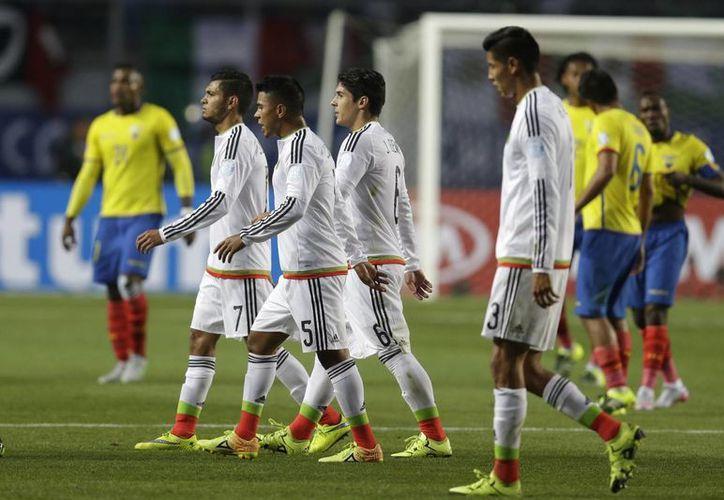 La Selección Mexicana necesitaba vencer a una golpeada selección ecuatoriana para avanzar a cuartos de final en Copa América, pero perdió 2-1. En la foto, el encuentro. (AP)