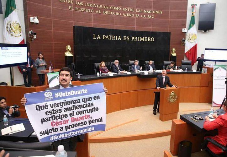 El senador panista Javier Corral, protestó en contra del gobernador de Chihuahua, que aparece en tribuna. (Facebook/Javier Corral)