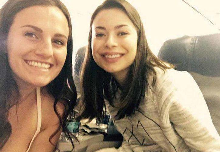 Miranda posando junto a una de sus amigas, que la acompañó a su viaje. (@NiceCosgrover/Twitter)