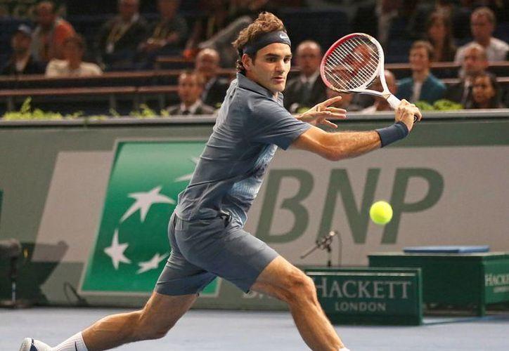 Federer devuelve la bola al sudafricano Kevin Anderson en el Masters de París. (Agencias)