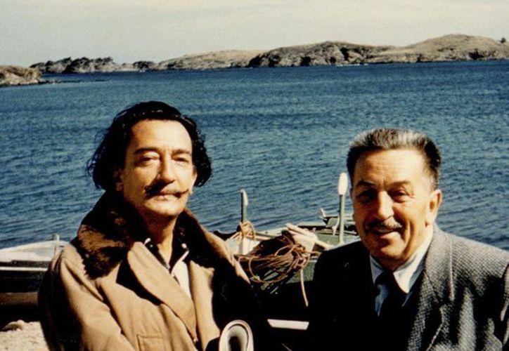 El pintor Eugenio Salvador Dalí con el dibujante Walt Disney en una playa española en 1957.