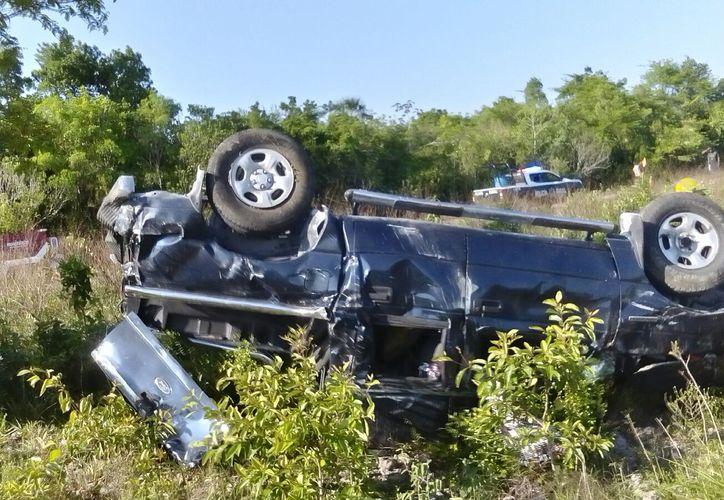 Dos hombres fallecieron y dos resultaron heridos luego de que la camioneta en la que viajaban volcó en la carretera El Cafetal- Mahahual. (Redacción/SIPSE)