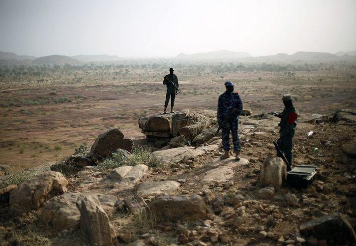 Militares de Mali en un puesto de observación a unos 620 kilómetros al norte de Bamako, capital del país. (Agencias)
